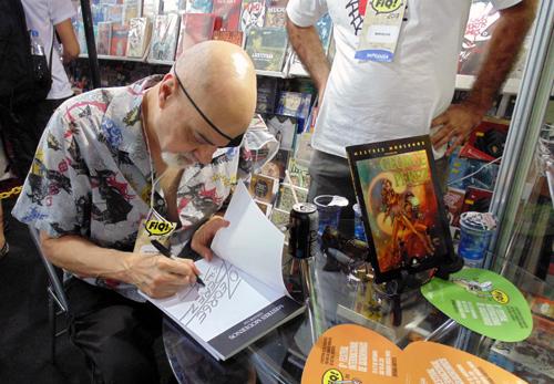"""George Pérez autografando o livro """"Mestres Modernos volume um: George Pérez"""" no FIQ"""